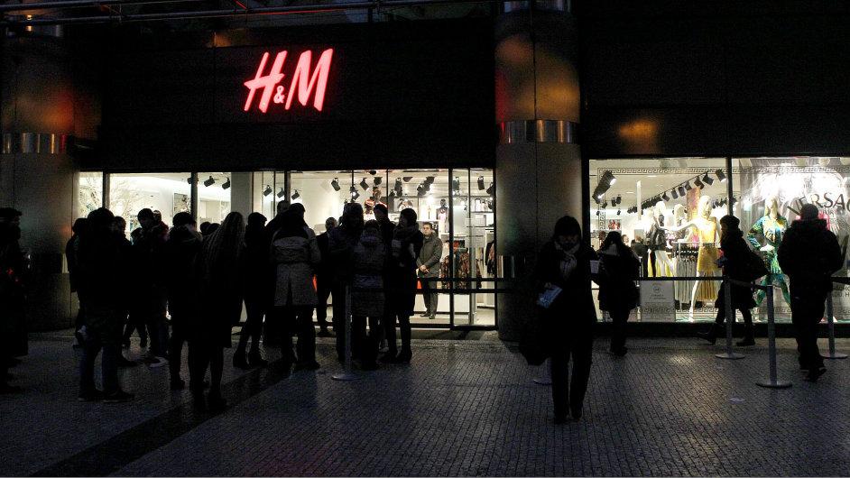 Fronta zákazníků před prodejnou H&M v centru Prahy