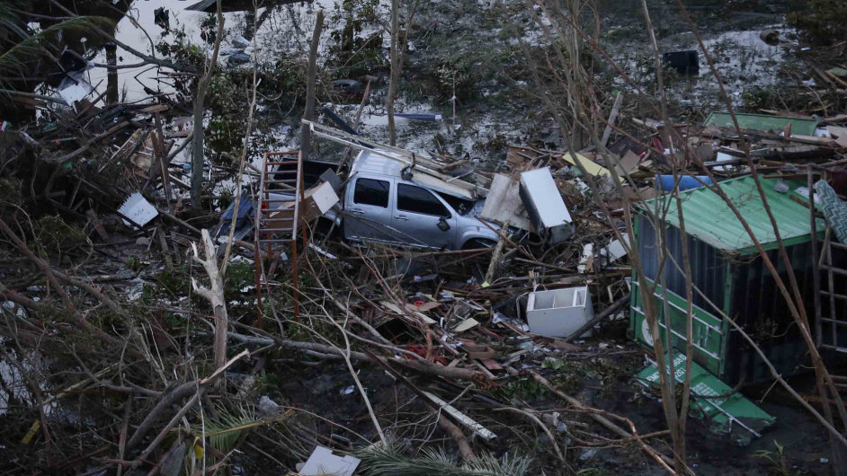 Trosky a sutiny zničených domů a aut pokrývají území zdevastovaného města Tacloban.