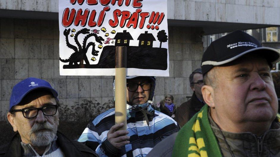 Proti snahám prolomit územní limity těžby uhlí demonstrovala 27. listopadu v centru Ústí nad Labem asi stovka lidí.