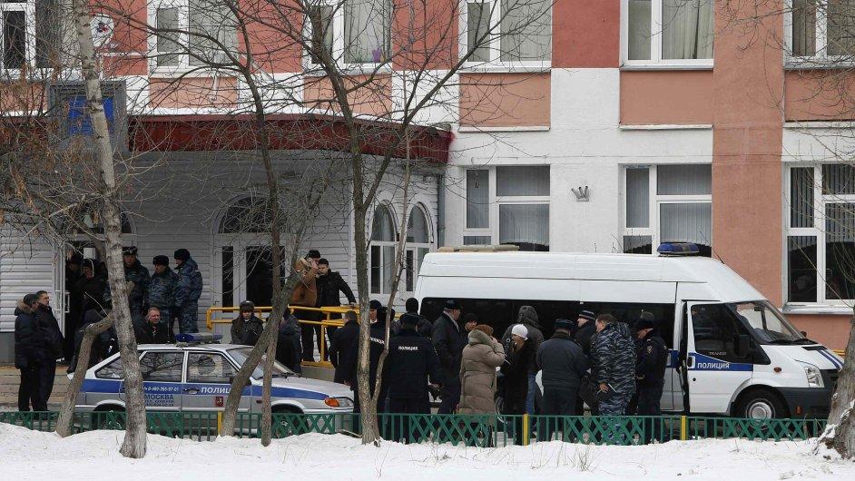 Zásah složek ministerstva vnitra ve střední škole na předměstí Moskvy