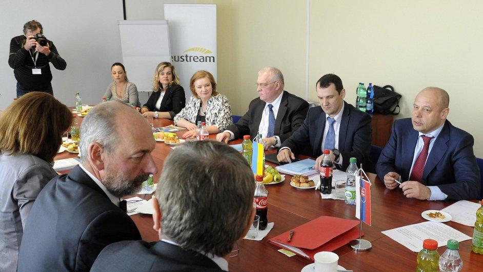 Ukrajinský ministr pro energetiku Juri Prodan a slovenský ministr financí Tomáš Malatínský při jednání o dodávkách plynu
