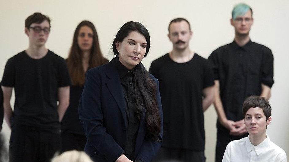 Marina Abramovičová bude lidi vodit za ruku až do 25. srpna.