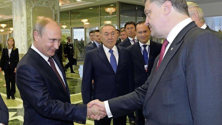 Vladimir Putin a Petro Porošenko na setkání v Minsku
