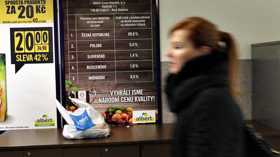 Samé české zboží, hlásají nově vývěsky v obchodech. Ve skutečnosti může být potravina odkudkoliv. Stačí, když ji dovezl český obchodník.