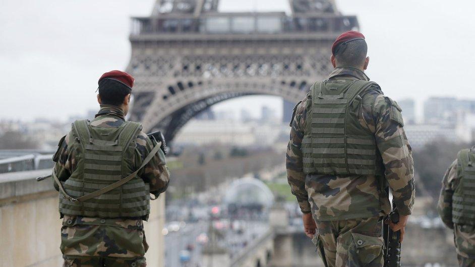 Francouzští vojáci hlídají okolí poblíž Eiffelovy věže.