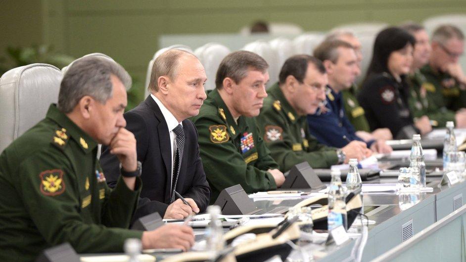 Ruský prezident Vladimir Putin mezi představiteli ruských ozbrojených složek