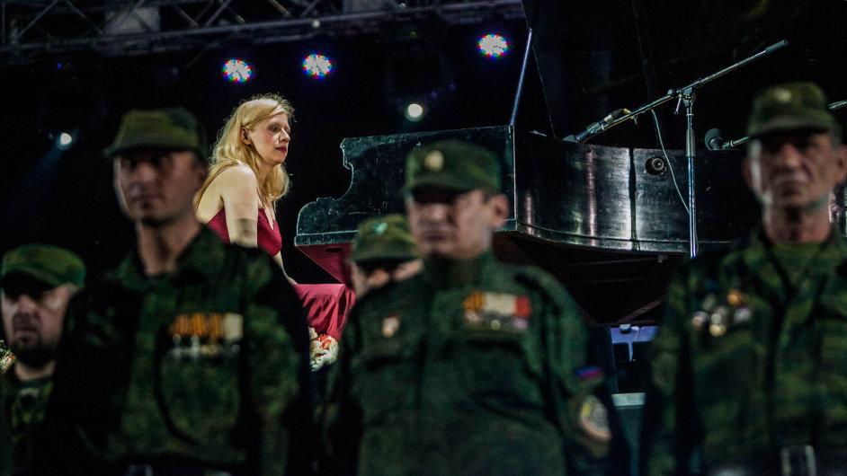 Klavíristka Valentina Lisitsa hrála letos v červnu v ukrajinském Doněcku obklopena ruskými separatisty.
