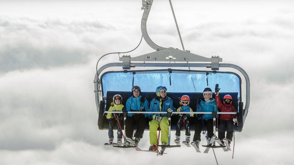 Společnost Mega Plus v pátek uvedla do provozu dvě lanovky. První je šestisedačka Hofmanky na Černé hoře (na snímku). Druhou je čtyřsedačka v Peci pod Sněžkou (Zahrádky).