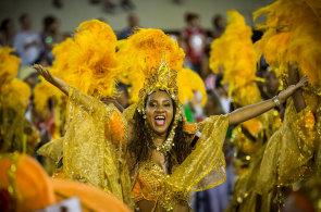 Karneval v Riu pokra�uje sout�n�mi p�ehl�dkami �kol samby, zahajovac� ceremoni�l doplnila velkolep� pyrotechnick� show
