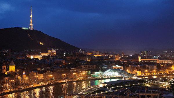 Historick� centrum Tbilisi m�n� v�razn� modern� stavby, nap��klad sv�t�c� most italsk�ho architekta Michela De Lucchiho.