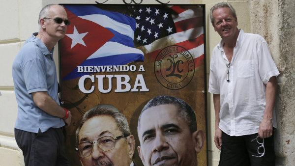 Turisté se fotí s plakátem Baracka Obamy a kubánského prezidenta Raúla Castra v Havaně na Kubě.