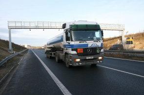 Mýtné se v Česku vybírá prostřednictvím bran od společnosti Kapsch. A nejméně do ledna 2020 se na tom zřejmě nic nezmění.