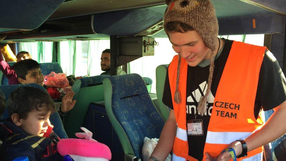 Filipa Hausknecht navštívil o Vánocích uprchlický tábor, kde rozdával dětem plyšáky.