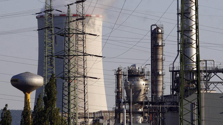Unipetrol nestíhá vyrábět pohonné hmoty.