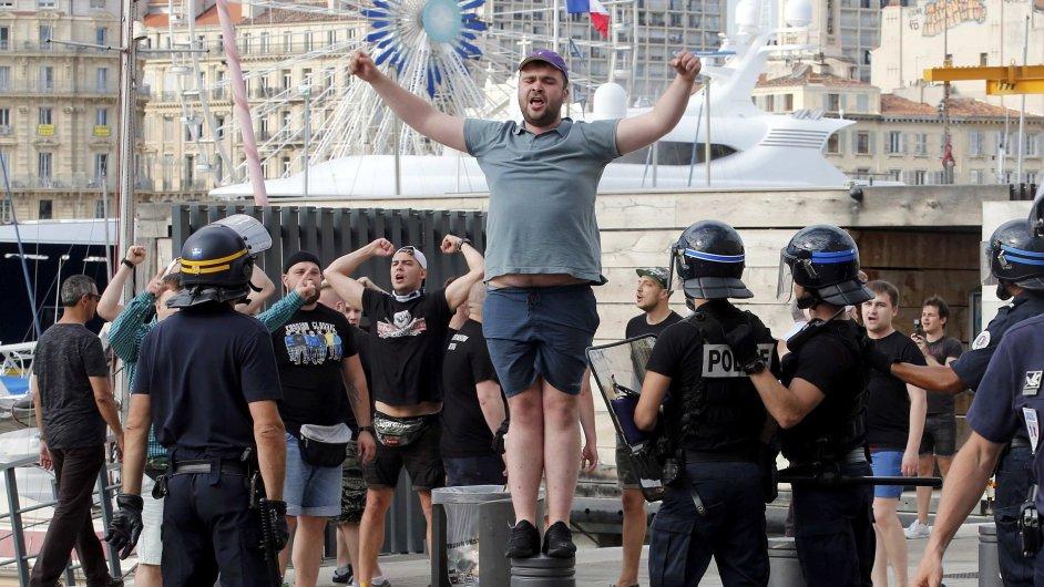 Nepokoje mezi fotbalovými fanoušky z Ruska a Anglie se přesouvají na sever Francie.