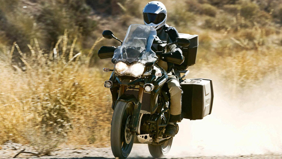 Nadálkové cesty se hodí pohodlné stabilní motorky vybavené velkým plexištítem, silným motorem a objemnoupalivovou nádrží. Nasnímku je Triumph Tiger.