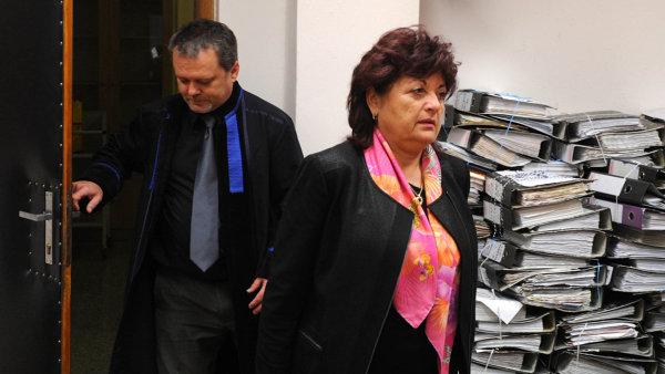 Velká ryba. Jana Vaňhová odchází v říjnu 2014 od soudu, který řešil vraždu jejího životního partnera Romana Housky.