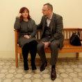Obžalovaná Jana Nečasová čeká na soudní jednání na chodbě soudu v doprovodu manžela Petra Nečase.