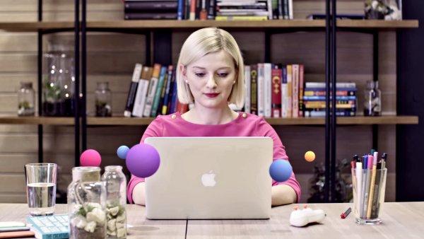 Modelka obklopená bublinami, které jsou výrazným prvkem prohlížeče Opera Neon.
