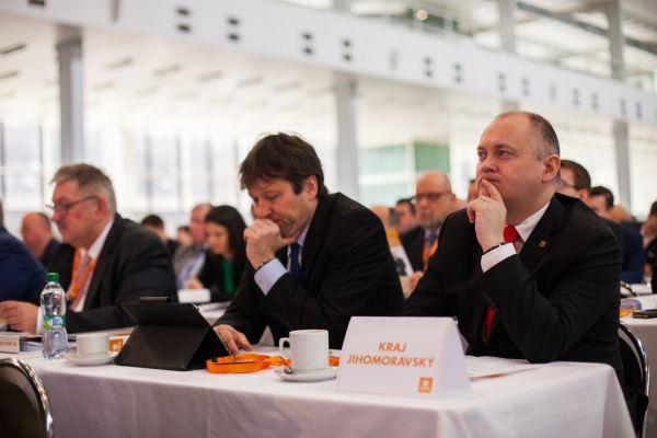 Michal Hašek (vpravo) na sjezdu ČSSD.