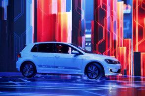 Alza.cz chce začít prodávat elektromobily přes internet, automobilky tomu nejsou nakloněné. Víc prozradíme za tři týdny, slibuje firma