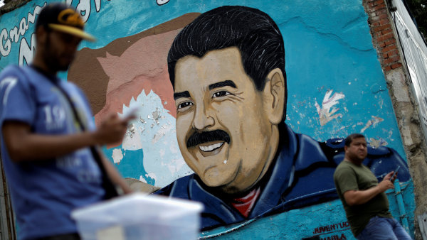 Portrét venezuelského prezidenta v Karakasu.
