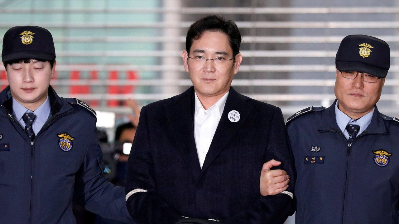 Soud poslal dědice Samsungu na pět let do vězení.