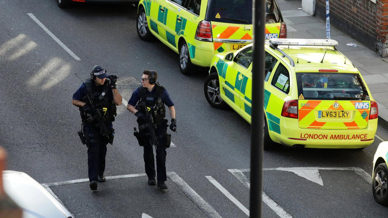 Stovky policistů pátrají v Londýně po pachatelích pátečního teroristického útoku.