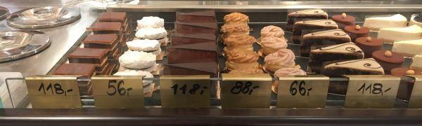 Nabídka dezertů v cukrárně Myšák