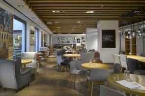 Zápisky protivného hosta: Krkovice s kapkou jedlového oleje, oranžové víno a restaurační úroda v obchodním centru