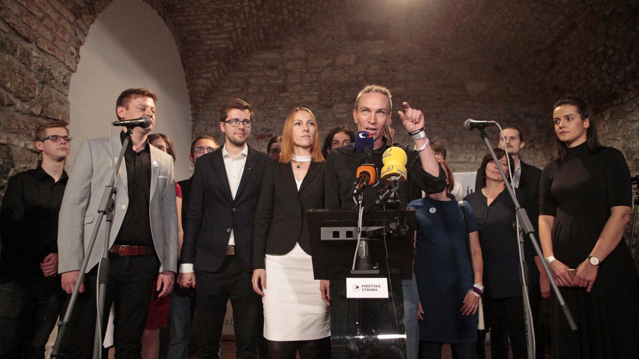 Volební štáb pirátů a jejich předseda Ivan Bartoš