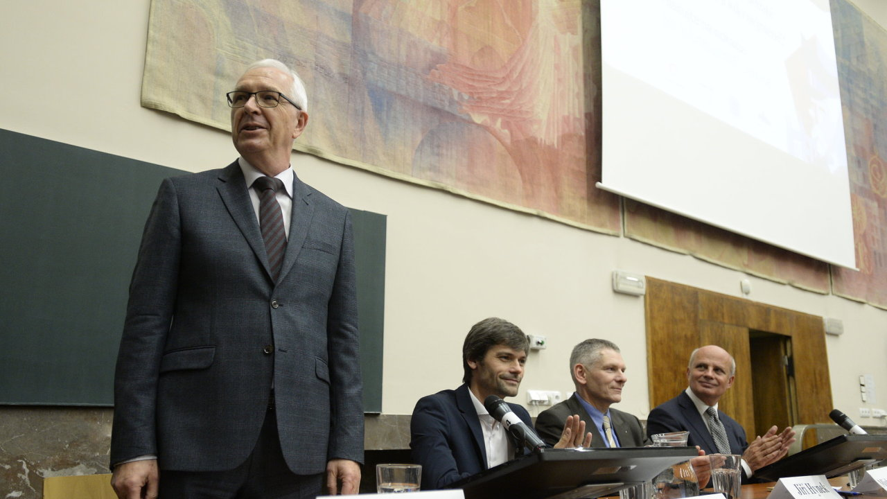 Předvolební debata kandidátů na prezidenta se konala 8. listopadu na Právnické fakultě Univerzity Karlovy v Praze.