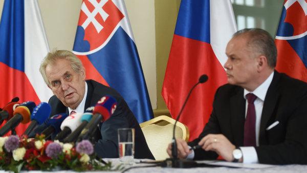 Český prezident Miloš Zeman a slovenský prezident Andrej Kiska během tiskové konference na Štrbském Plese ve Vysokých Tatrách.