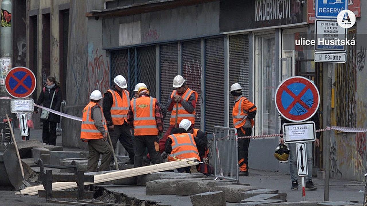 Stavba, která Pražanům ztrpčuje život. Na Husitské ulici je někdy čilý stavební ruch, jindy nikdo