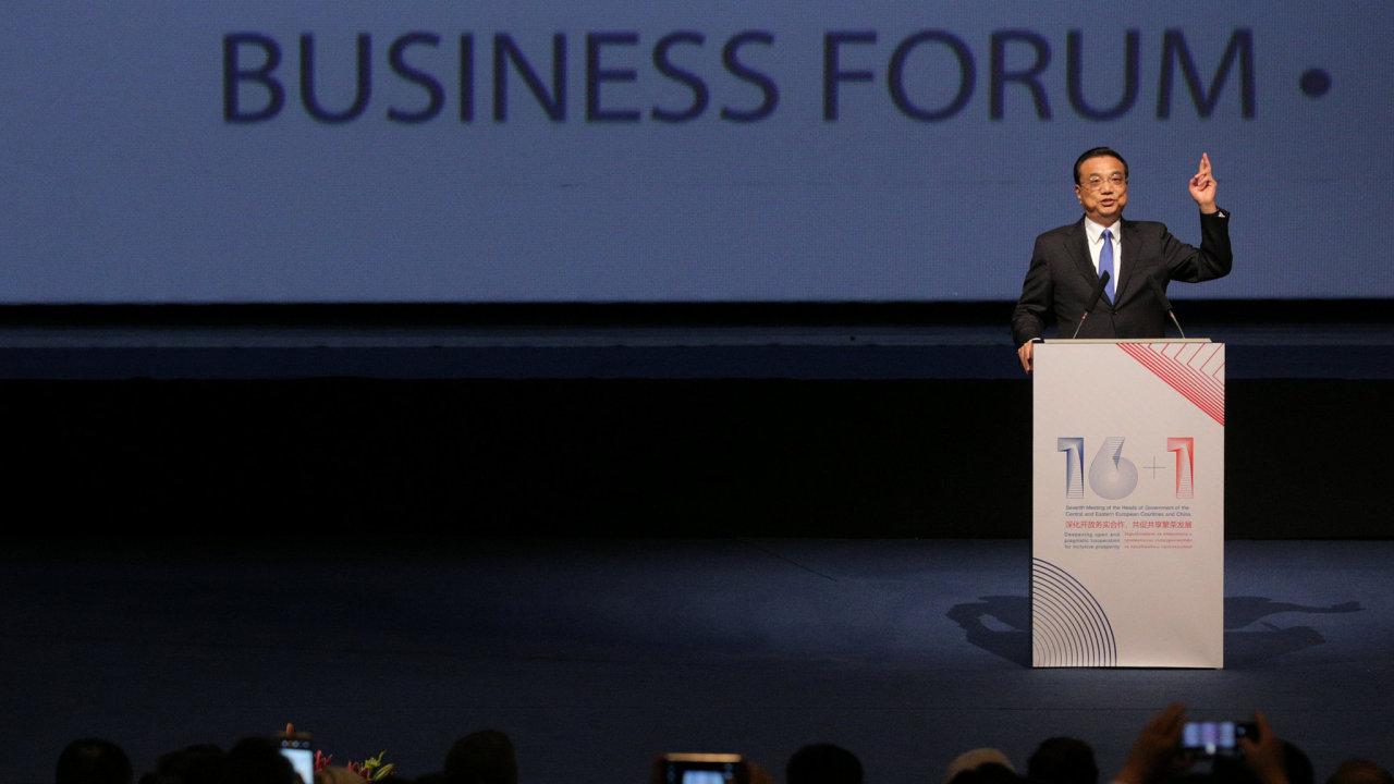 Předseda čínské vlády Li Kche-čchiang při projevu na zahájení ekonomického fóra 16+1.