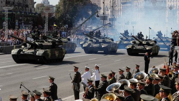 Ukrajina oslavuje Den nezávislosti. Armáda ukázala nová obrněná vozidla.