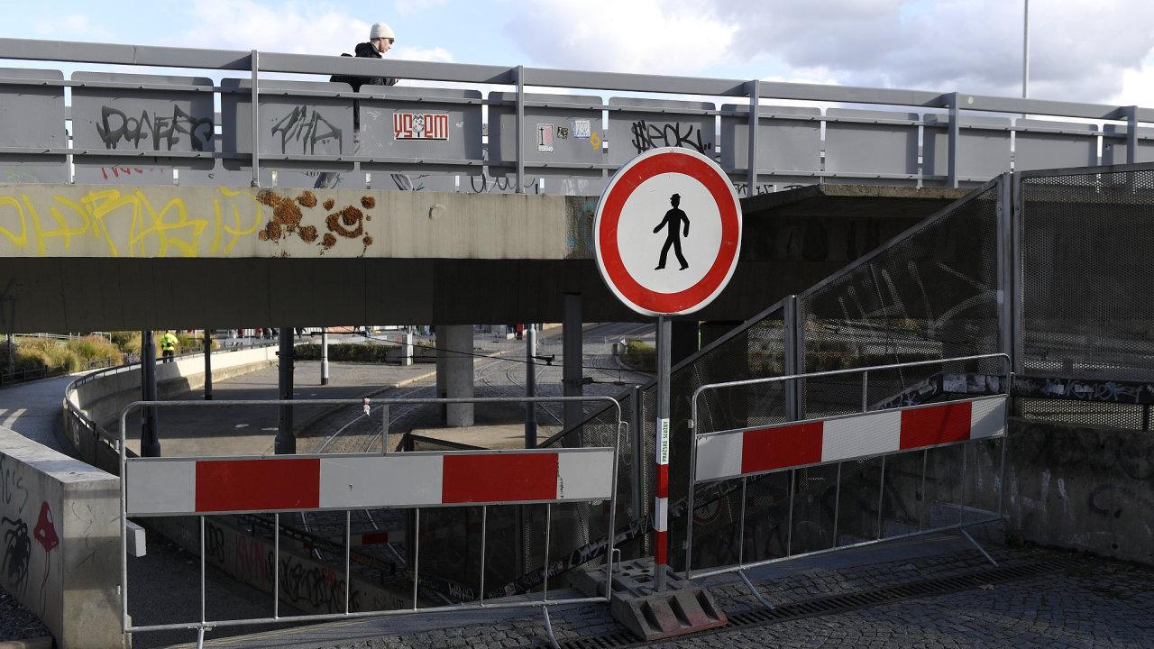 Poté co spadla Trojská lávka a most v italském Janově, uzavřela TSK v říjnu most na Vltavské.