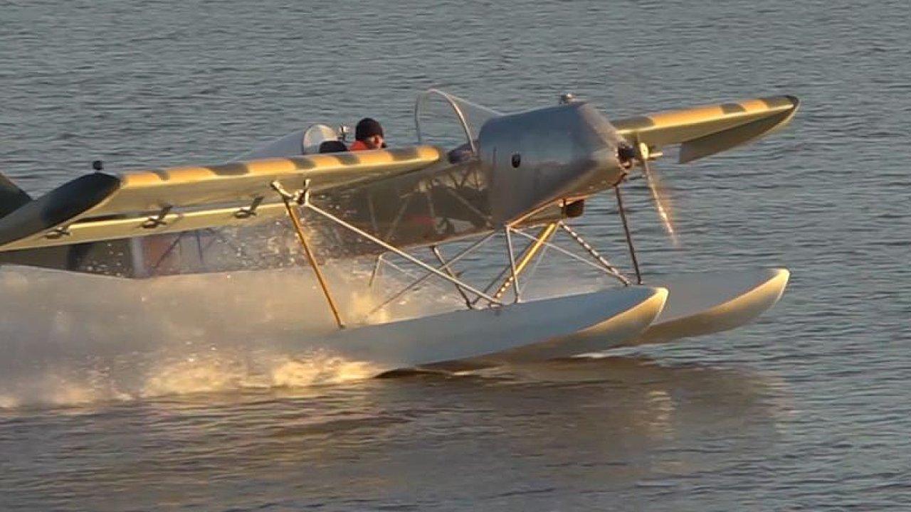 Letadlo z žehlicího prkna a lepicí pásky. Konstruktér chce změnit cestování na Sibiři.
