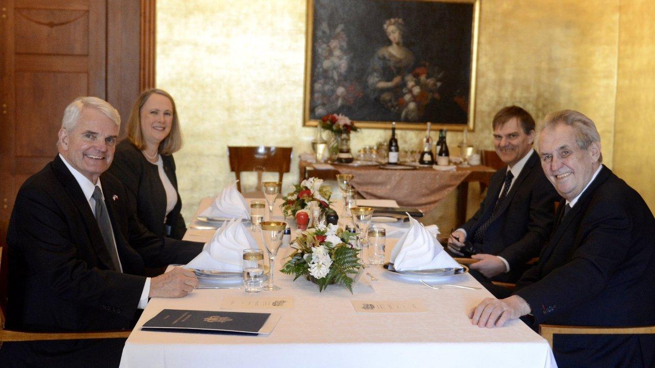 Americký velvyslanec Stephen King (vlevo) mluvil při obědě s Milošem Zemanem například o Blízkém východu, Venezuele nebo o Afghánistánu.