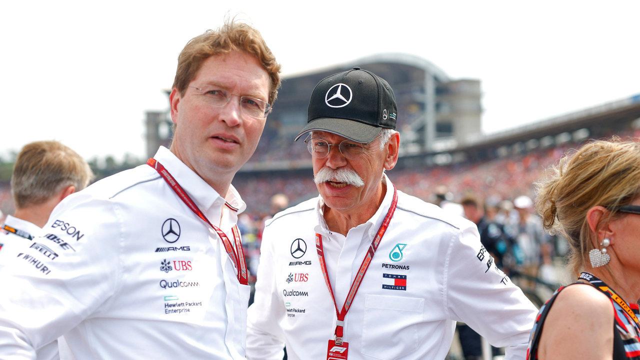 Švéd Ola Källenius střídá včele Daimleru Němce Dietera Zetscheho, jenž koncernu vládl odroku 2006. Na snímku oba při závodu formule 1, kde má Mercedes nejsilnější tým.