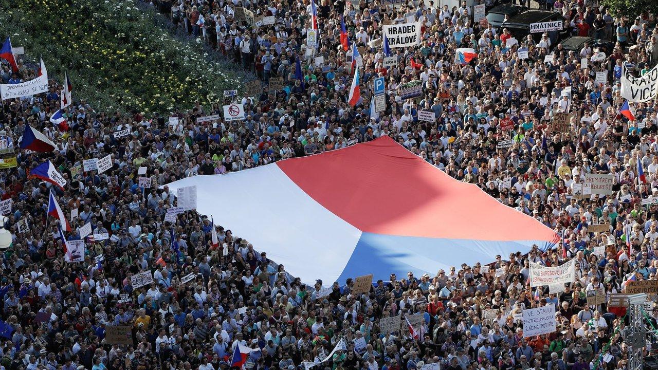 Plné Václavské náměstí požaduje demisi Babiše a Benešové. Na místě je údajně až 120 tisíc lidí
