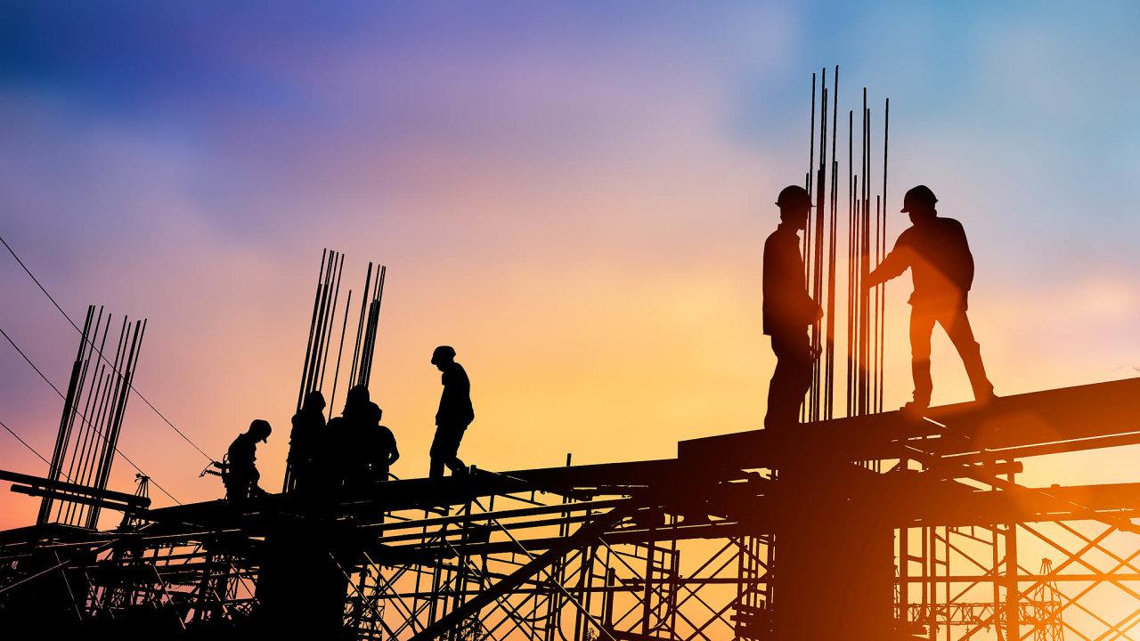 Režim přenesení daňové povinnosti (reverse charge) už v Česku platí například pro stavební práce. Za rok by měl od částek nad 450 tisíc korun platit bez ohledu na obor.
