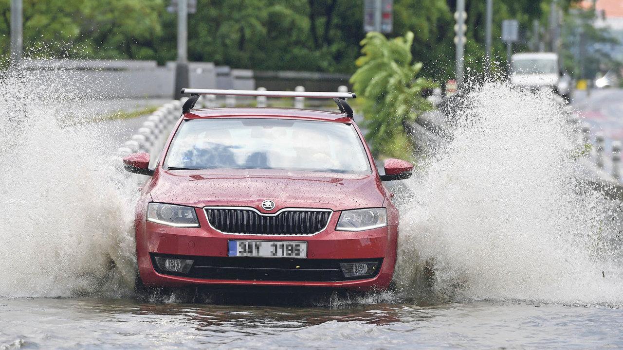 Kvůli bouřce, která zasáhla Prahu, byly v celém hlavním městě zhruba 90 minut zpožděné tramvaje a autobusy. Voda zaplavila na některých místech silnice a výhybky.