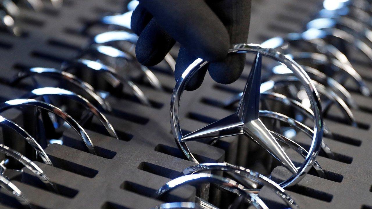 Zaměstnanec automobilky Mercedes-Benz připravuje firemní logo před instalací na výrobní lince v továrně společnosti Daimler v německém Rastattu.