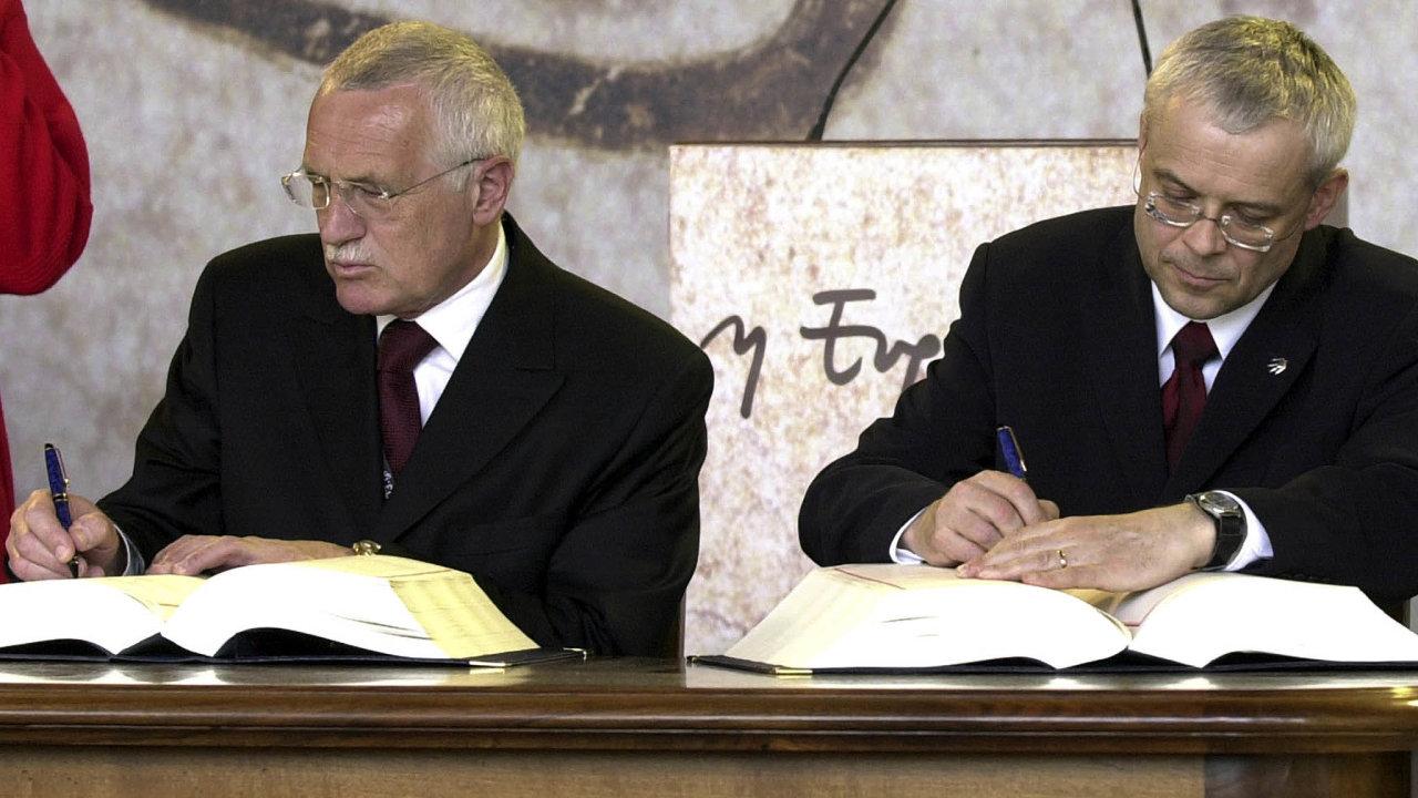 Uslavnostního podpisu přístupové smlouvy sEvropsku unií nemohl vedle premiéra Vladimíra Špidly (vpravo) chybět tehdejší prezident Václav Klaus. Kespolečné měně měl vždy výhrady.