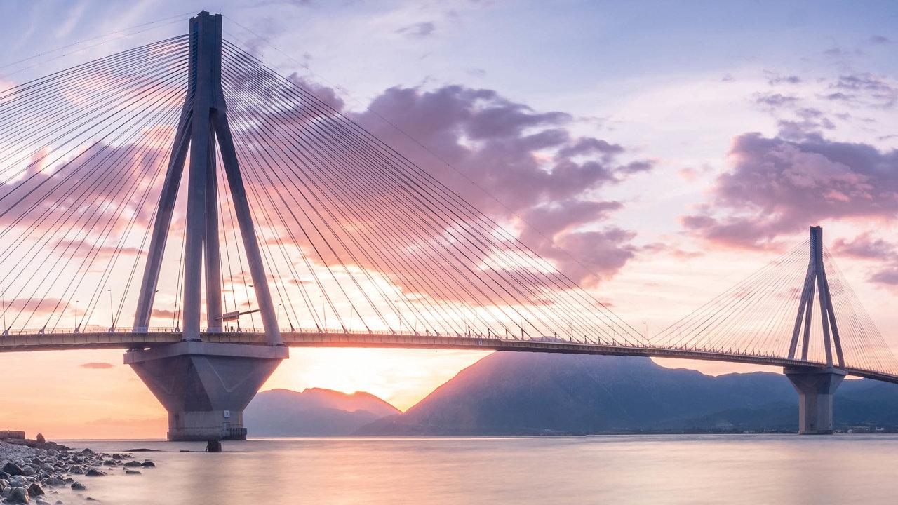Téměř tři kilometry dlouhý most Rio–Antiriose klene nad Korintským zálivem. Most byl otevřen vroce2004 ajeho výstavba vyšla na630milionů eur.