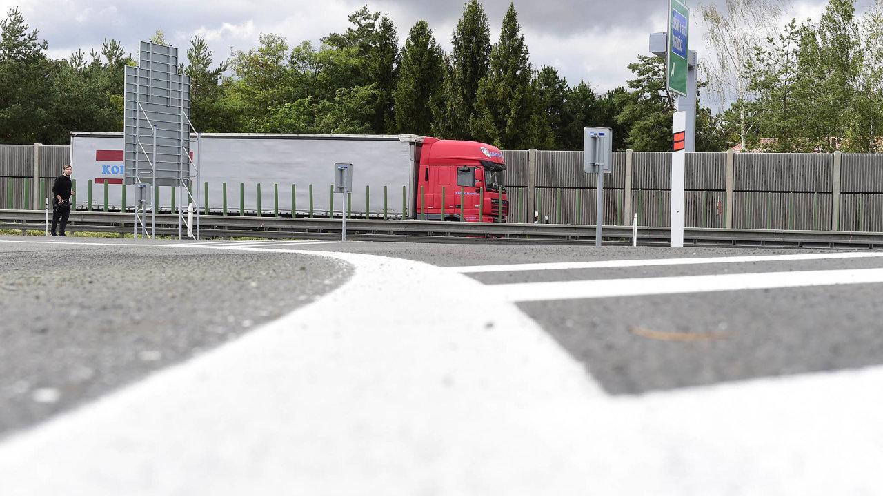 Stát také zvažuje, že zavede další poplatky zahluk aekologii. Na snímku modernizovaná křižovatka u Olšan na Prostějovsku.