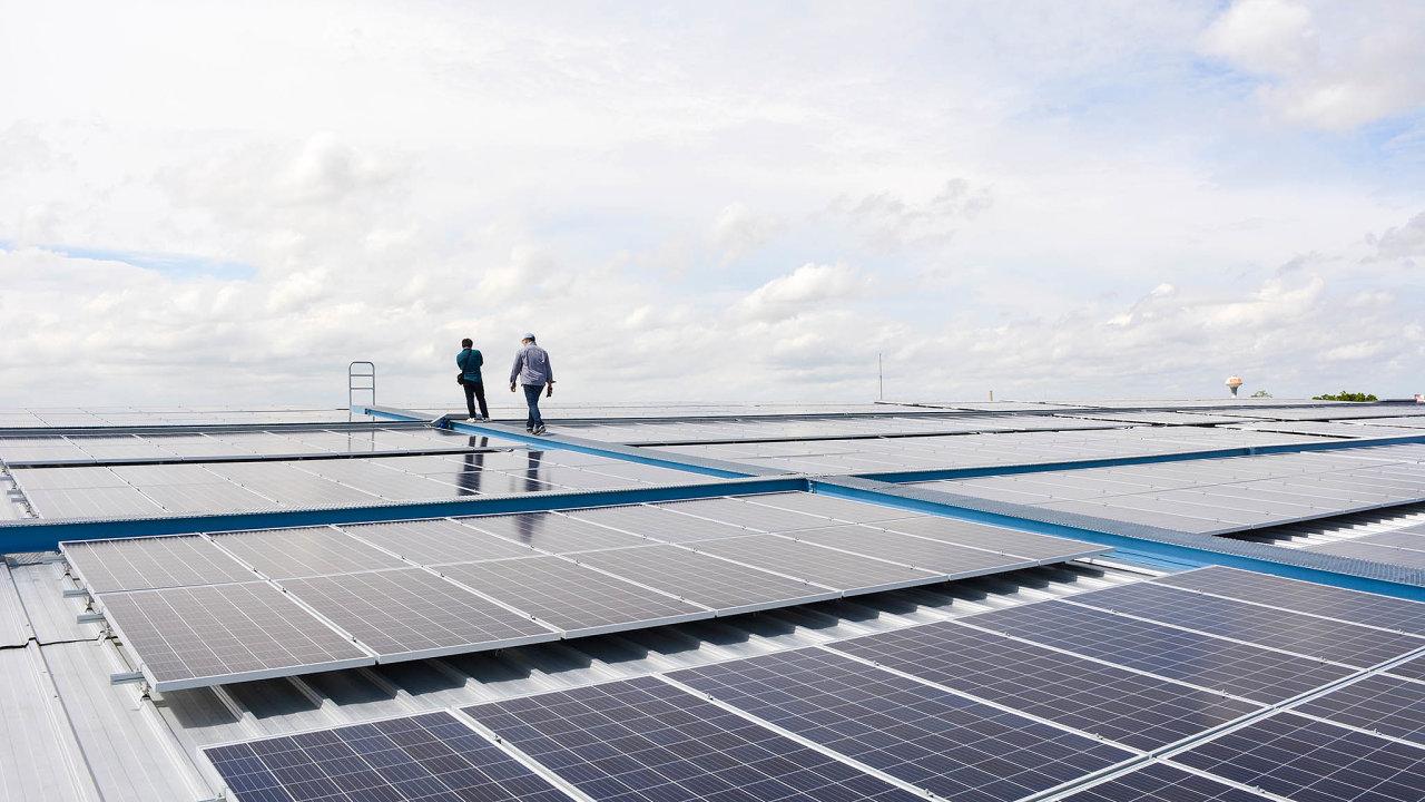 Prostor pro výstavbu další solárních elektráren je v Česku například na střechách továren (ilustrační snímek).