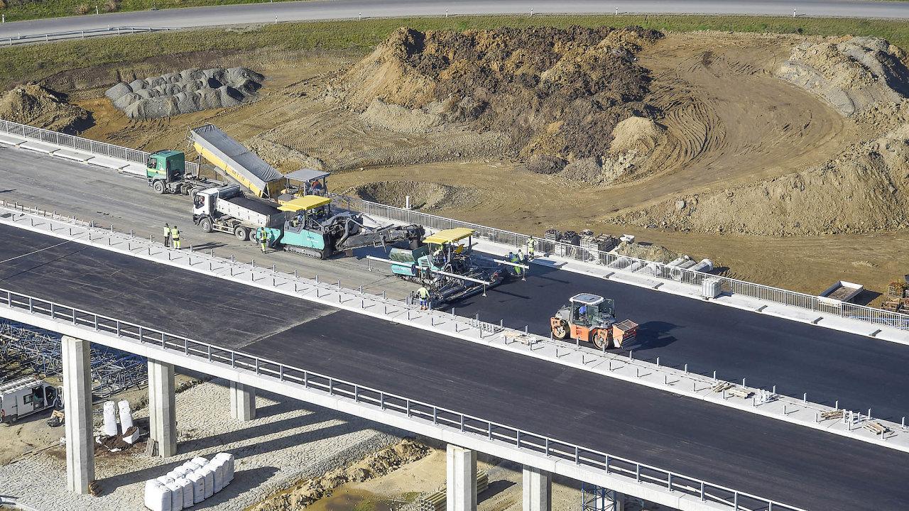 Zaposledních 18let se postavilo jen 300 kilometrů nových dálnic, zatímco například vMaďarsku to bylo 1500 kilometrů.