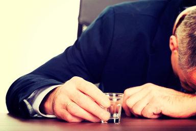 Podle soudního experta zaměstnanec likérky trpí vyhořením anervovým vyčerpáním, zakterým stojí přímo nadměrné pití vpráci. K tomu ho údajně nutil zaměstnavatel.